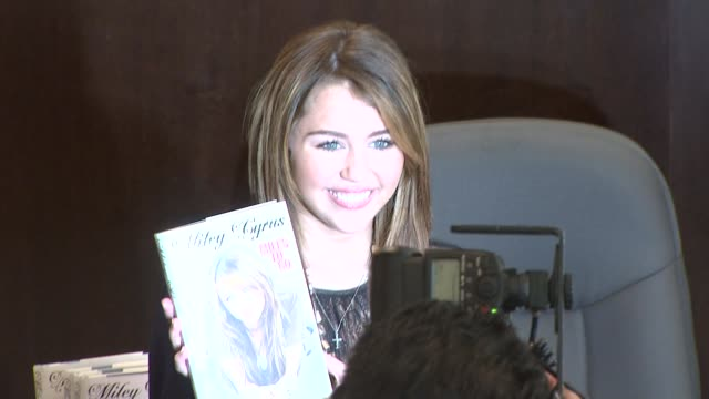 miley cyrus miles to go book signing, los angeles, ca, 03/7/09 - signierstunde stock-videos und b-roll-filmmaterial