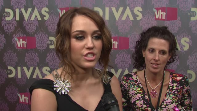 miley cyrus talking about being the next generation of divas how sheryl crow has inspired her and performing with sheryl at the 2009 vh1 divas red... - vh1 divas stock videos and b-roll footage