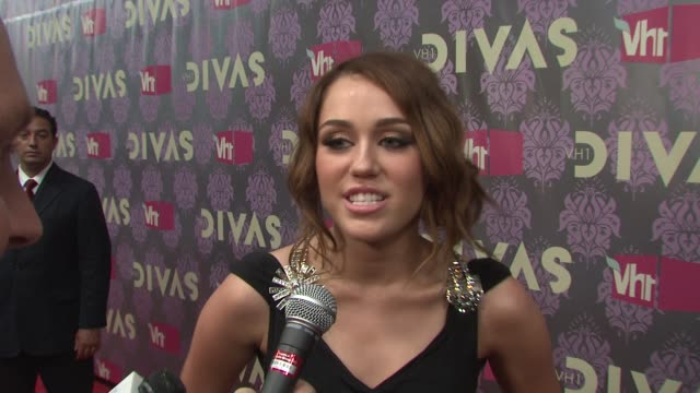 miley cyrus talking about her outfit tonite and not normally being that involved with fashion at the 2009 vh1 divas red carpet at new york ny - vh1 divas stock videos and b-roll footage