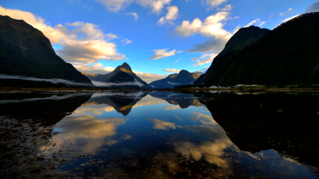 milford sound, fiordland, neuseeland - new zealand stock-videos und b-roll-filmmaterial