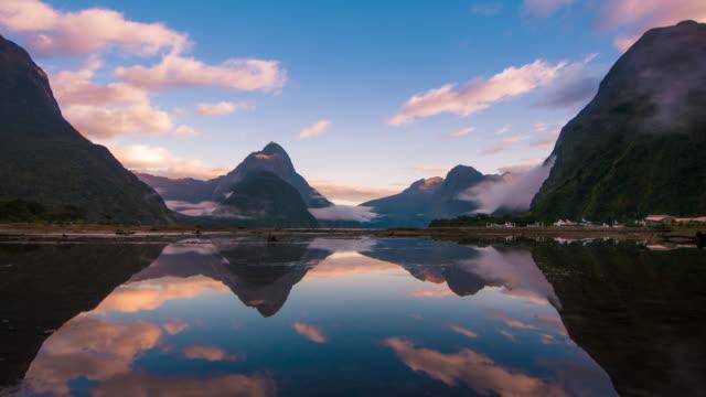 vidéos et rushes de milford sound, de fjordland, nouvelle-zélande - vêtement religieux