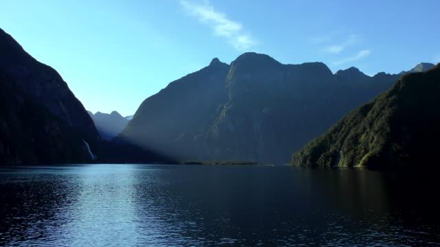 milford sound-south island, neuseeland - kamerafahrt mit dolly stock-videos und b-roll-filmmaterial