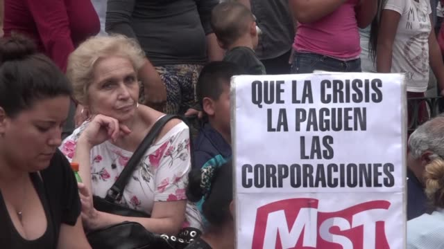 vídeos y material grabado en eventos de stock de militantes de izquierda y gremialistas marcharon el martes en argentina hasta la casa de gobierno en reclamo de un bono salarial de emergencia que... - devaluation
