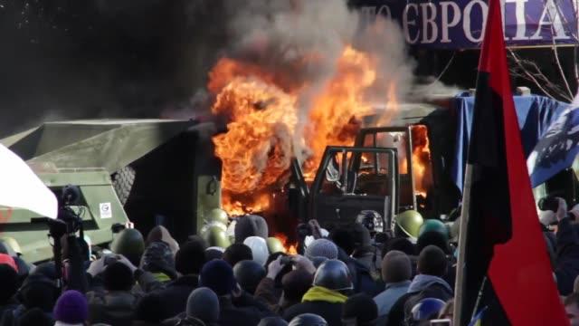 vídeos de stock e filmes b-roll de militantes opositores ocuparon este martes la sede del partido del presidente ucraniano viktor yanukovich, mientras manifestantes y policías se... - violence