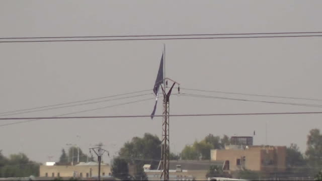 vídeos y material grabado en eventos de stock de militants of islamic state of iraq and the levant fly isil flag in telabyad rakka on 30 june 2014 - isis