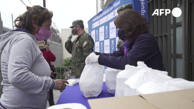 militares chilenos prepararon y repartieron comida el martes en el sur de santiago para asistir a los más vulnerables de la capital mientras el país... - comida stock videos & royalty-free footage