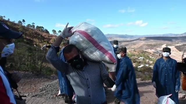 militares hondurenos en camiones recorrieron el miercoles barrios pobres de la capital para distribuir comida a personas en aislamiento social por el... - comida stock videos & royalty-free footage
