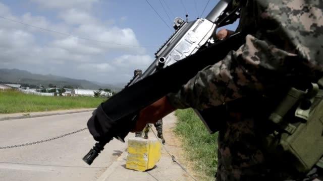 stockvideo's en b-roll-footage met militares hondurenos intentan decomisar fusiles de asalto y granadas en poder de pandilleros presos en la penitenciaria nacional al norte de... - geweld