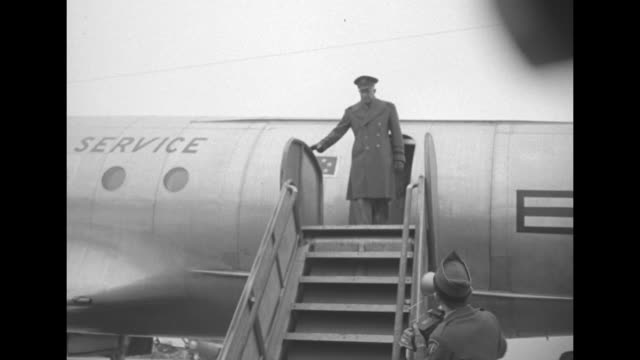 vidéos et rushes de military air transport service plane lands at orly airport in france in the 1950s / general dwight d eisenhower deplanes wearing army trench coat and... - général grade militaire