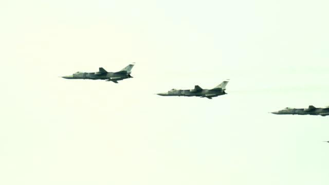 vidéos et rushes de avions militaires dans le ciel - bombardier avion militaire