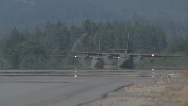 stockvideo's en b-roll-footage met ms, pan, military airplane taking off - luchtmacht