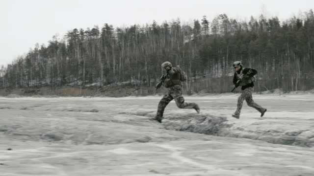 military attack - soldat stock-videos und b-roll-filmmaterial