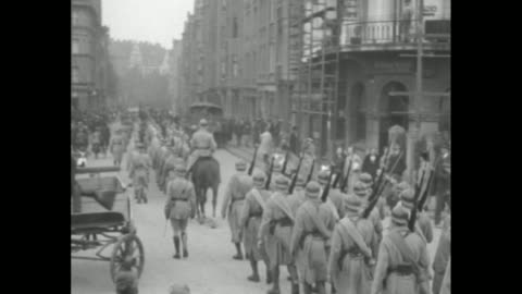 vidéos et rushes de military band marching down street / two shots of soldiers marching in formation down street, crowd on either side watching / two shots of man at... - ruhr