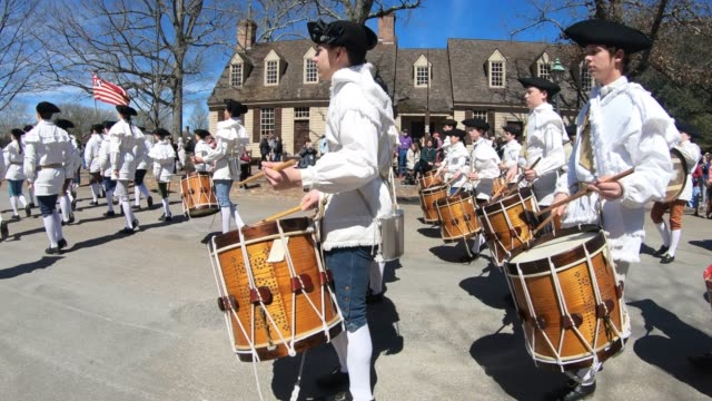 vídeos y material grabado en eventos de stock de a military band parading down main street in colonial williamsburg - 18th century