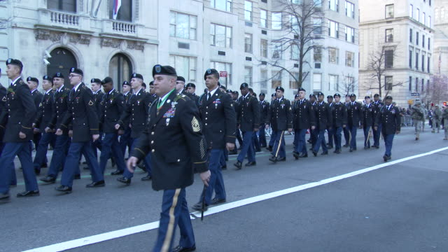 vidéos et rushes de military cadets march in formation on 5th avenue during the 2016 st patrick's day parade in nyc - élève officier