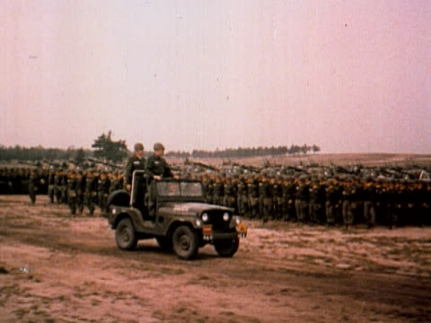 vídeos de stock e filmes b-roll de 1960 ts military commander reviewing army troops from jeep on field / usa - jeep
