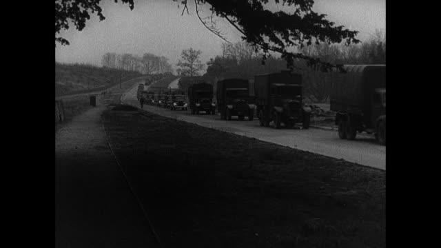 vídeos y material grabado en eventos de stock de b/w military convoy driving along country road, fog moving in, sun going down, and driver and passengers singing / united kingdom - 1940