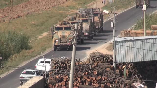 vidéos et rushes de military convoy of turkish armed forces arrives in akcakale district of turkey's border province of sanliurfa on october 10, 2019 as operation peace... - turquie