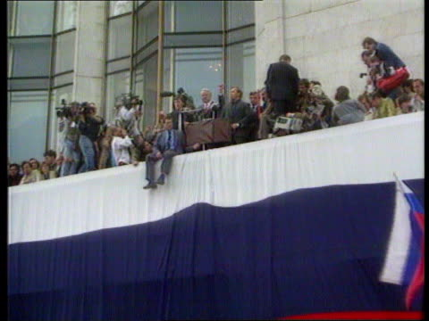 vidéos et rushes de gorbachev returns **music heard sot** la balcony zoom in to yeltsin waving fist in air - fist
