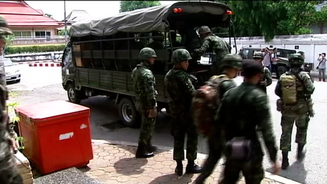 military coup seen as bid to remove influence of thaksin shinawatra; thailand: ext military vehicles parked outside hotel various shots troops along... - autografare video stock e b–roll