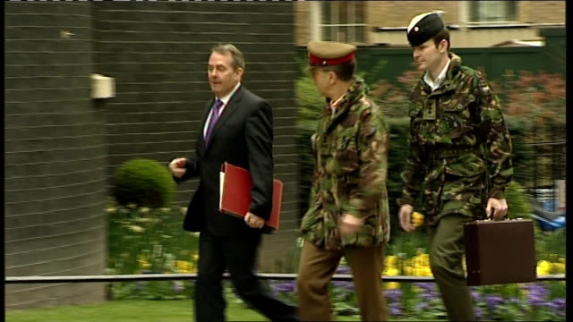 vídeos y material grabado en eventos de stock de military covenant to be enshrined in law r22031101 london downing street ext liam fox mp and general sir david richards arriving with another... - liam fox político