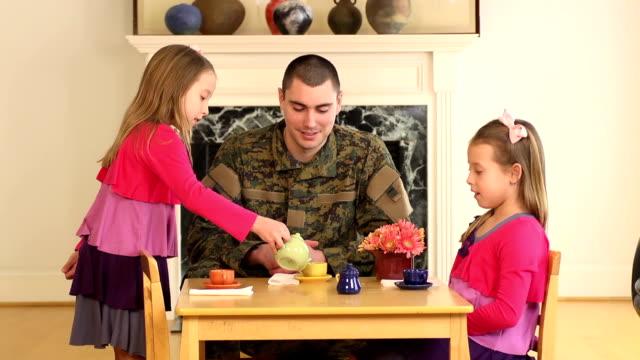 militär vater spielt mit seinem jungen töchtern - wohngebäude innenansicht stock-videos und b-roll-filmmaterial