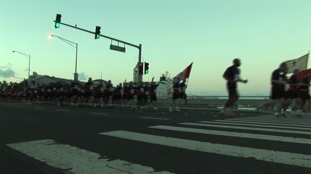 stockvideo's en b-roll-footage met military formation starts running race in honolulu hawaii military formation starts running race on january 01, 2012 - salmini