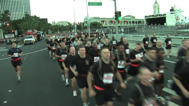 stockvideo's en b-roll-footage met military formation starts running race two military formatioin starts running race in hawaii on january 01, 2012 - salmini