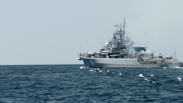 frégate militaire dans la mer