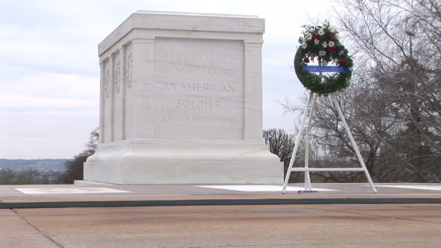 ms, military guard passing tomb of unknown soldier, low section, arlington national cemetery, arlington, virginia, usa - arlington virginia video stock e b–roll