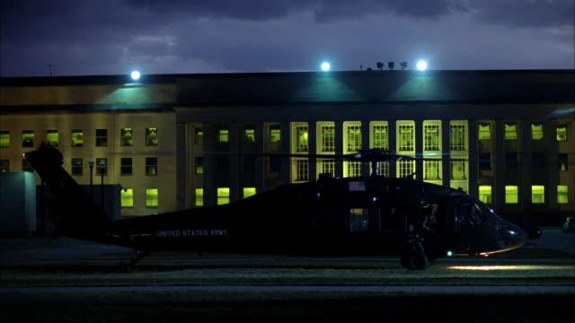 vídeos de stock e filmes b-roll de a military helicopter idles in front of the pentagon, then takes off. - ministério da defesa dos estados unidos