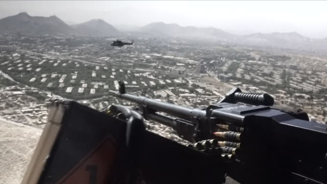 stockvideo's en b-roll-footage met military helicopter in flight - afghanistan