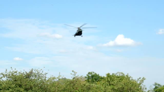 vidéos et rushes de atterrissage d'hélicoptère militaire dans la zone d'entraînement militaire. - sauvetage