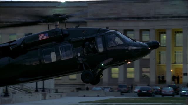 vídeos de stock e filmes b-roll de a military helicopter lands near the pentagon. - ministério da defesa dos estados unidos
