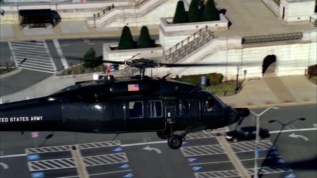 vídeos de stock e filmes b-roll de a military helicopter patrols over the pentagon near washington, dc. - arlington virgínia