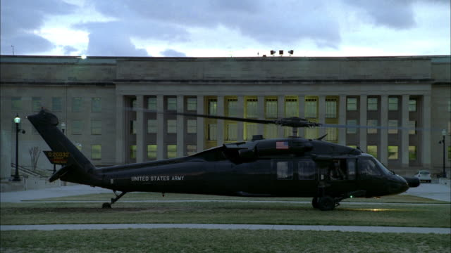 vídeos de stock e filmes b-roll de a military helicopter takes off from the pentagon. - arlington virgínia