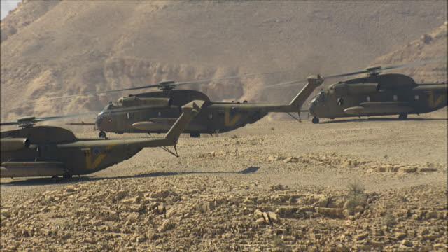 vídeos de stock e filmes b-roll de aerial ws zo military helicopters in desert, arava, israel - quatro objetos