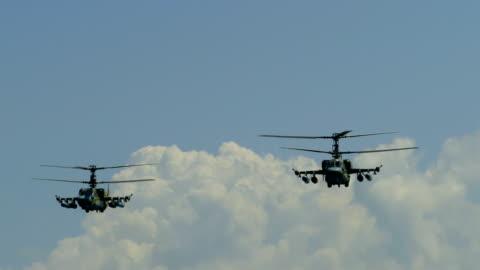 militära helikoptrar på bekämpa patrullerar - armé bildbanksvideor och videomaterial från bakom kulisserna