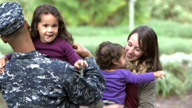vídeos de stock e filmes b-roll de military homecoming, navy man greets family - soldado exército