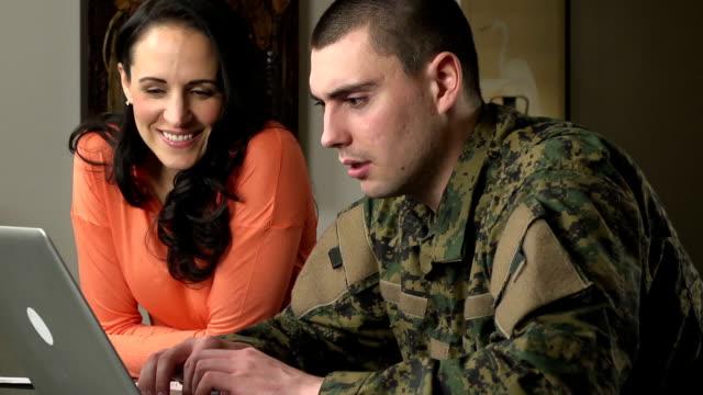 militärische mann und frau online - wohngebäude innenansicht stock-videos und b-roll-filmmaterial