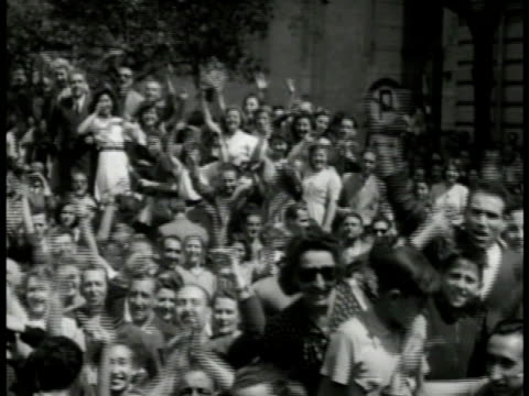 ms military jeeps w/ general mark w clarke us soldiers down parade rome ws italian crowd cheering ms soldiers on truck touching woman's hands ms man... - anno 1944 video stock e b–roll