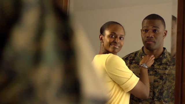 Uomo militare e moglie a specchio