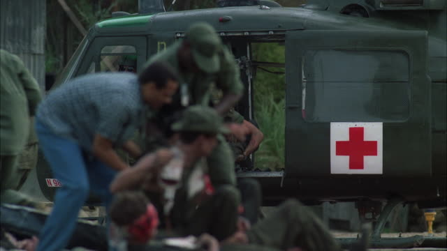 stockvideo's en b-roll-footage met ms pov military medical helicopter provide medicine to injured soldiers - slachtoffer