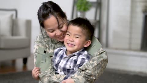 stockvideo's en b-roll-footage met militaire moeder knuffelen haar zoon - military recruit