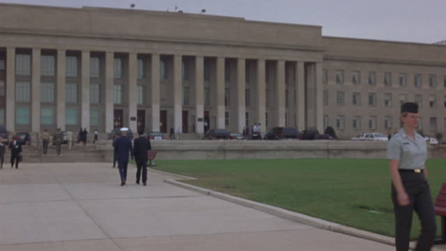 military officers and civilians approach the pentagon. - ministero della difesa video stock e b–roll
