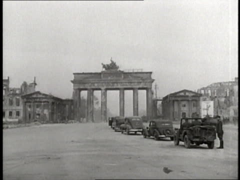 vídeos de stock, filmes e b-roll de military officers assess the damage to the brandenburg gate and adlon hotel - 1945