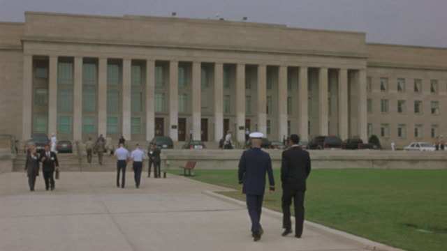 military officers walking towards the entrance of the pentagon. - ministero della difesa video stock e b–roll