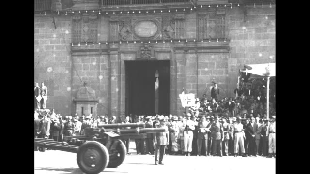 vidéos et rushes de military on streets in front of palace of fine arts / interior newly inaugurated president adolfo ruiz cortines makes speech at podium / retiring... - président