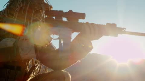 vidéos et rushes de opérations militaires, mission spéciale dans les déserts de middle east des armes pour prendre inconnu cible. extrêmement dangereux. collection - armée américaine