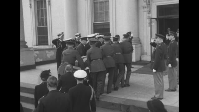 stockvideo's en b-roll-footage met vs military pallbearers carry coffin with much difficulty up to and up the steps into white house followed by family and officials / flagdraped... - opgebaard liggen